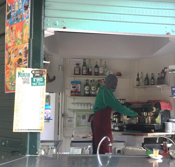 Mustafa al chiosco della sora Nunzia al parco del Colle Oppio. Foto di MOR