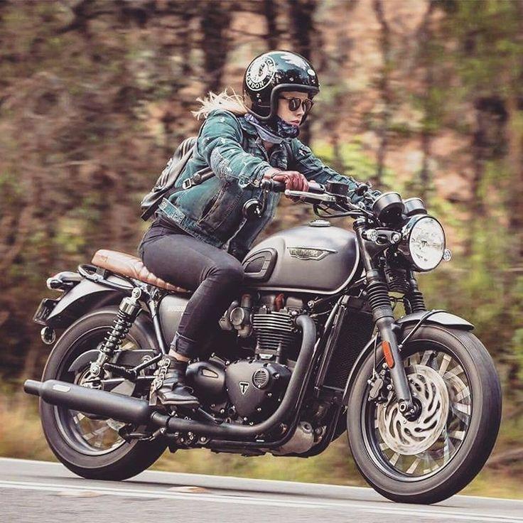 Vichinga sulla moto in montagna