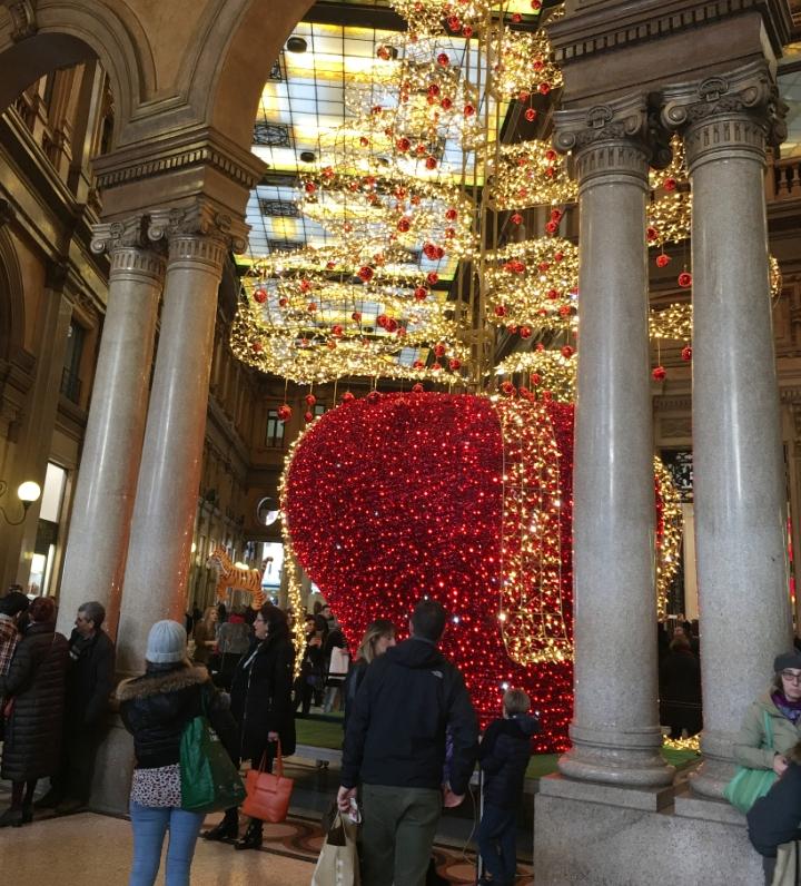 Addobbi natalizi della Galleria Colonna, sul Corso.