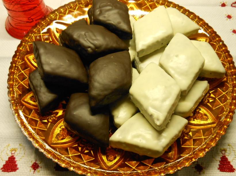 Mostaccioli al cioccolato fondente e bianco. Immagine tratta dal blog IlaRità connesso a Giallo Zafferano